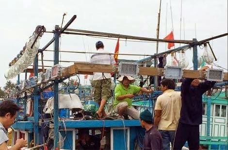 Ngư dân Lý Sơn tham gia lắp đặt bộ đè Led trên tàu cá của mình.