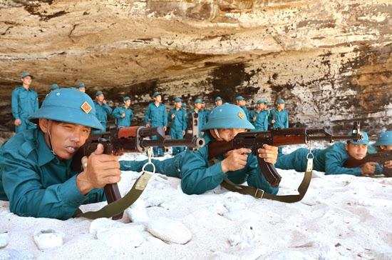 Dân quân biển huyện Lý Sơn huấn luyện bắn súng bài 1AK.