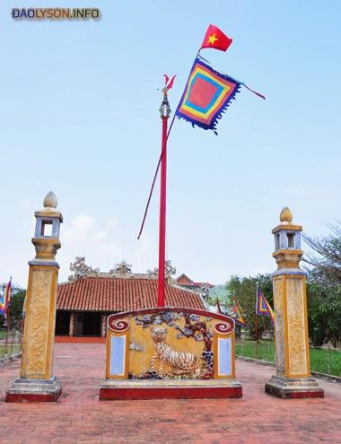 Cây nêu trước đình làng An Vĩnh có gắn cờ Tổ quốc, cờ phướn rực rỡ, nơi diễn ra lễ tế tự đội hùng binh Hoàng Sa hàng năm ở đảo Lý Sơn