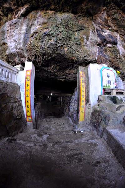 Lối vào chùa Hang, đảo Lý Sơn