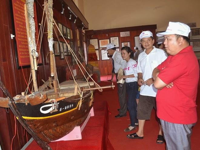 Du khách tham quan nhà trưng bày đội Hoàng Sa kiêm quản Bắc hải.