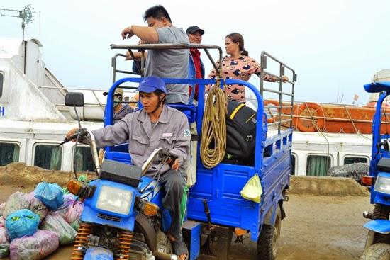 Nhiều du khách phải di chuyển bằng xe ba bánh chở hàng vì không thuê được phương tiện nào khác.