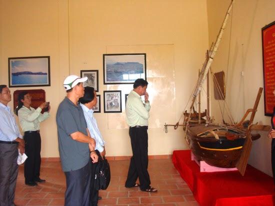 Du khách tham quan Nhà trưng bày hải đội Hoàng Sa ở Lý Sơn