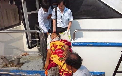 Tàu cá Lý Sơn bị va đâm rách vỏ, ngư dân trọng thương