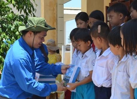 Ông Lê Khả Trường tặng quà đến học sinh.