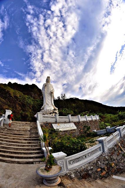 Tượng Quan Âm dưới chùa