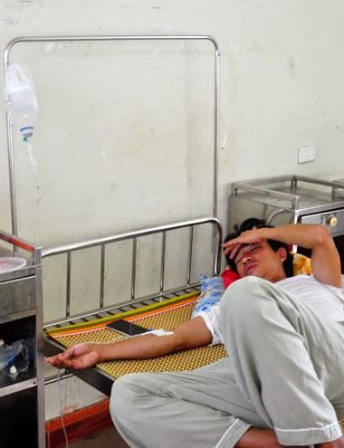 Anh Khôi đang được truyền dịch giải độc ở Bệnh viện đa khoa Quảng Ngãi