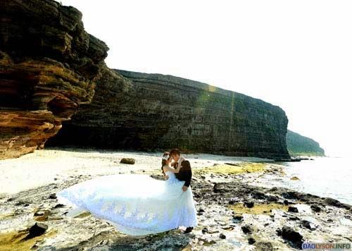 Trong chuyến trở về Việt Nam thăm họ hàng, cặp đôi này quyết định lựa chọn Đà Nẵng và Lý Sơn làm địa điểm chụp hình cưới