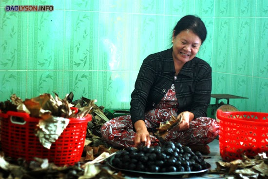 Dù trải qua nhiều khó khăn, nhưng bà Phường vẫn cần mẫn làm ra những cái bánh ít thơm ngon, đậm đà.
