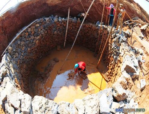 Người dân đang đào giếng