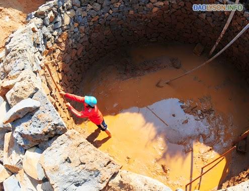 """Người Lý Sơn đào giếng """"khủng"""" để tìm nước"""