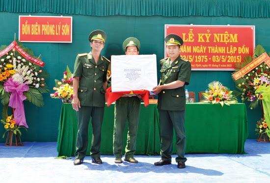 Bộ Chỉ huy Bộ đội Biên phòng tỉnh tặng quà lưu niệm cho cán bộ, chiến sĩ Đồn Biên phòng Lý Sơn nhân kỷ niệm 40 ngày thành lập đơn vị.