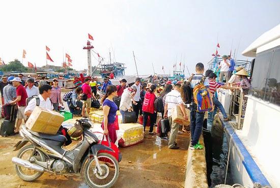 Cảng Sa Kỳ đông nghịt khách ra Lý Sơn trong dịp lễ vừa qua.