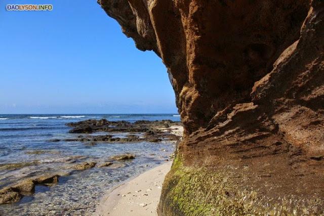 Bờ đá gần khu vực Chùa Hang