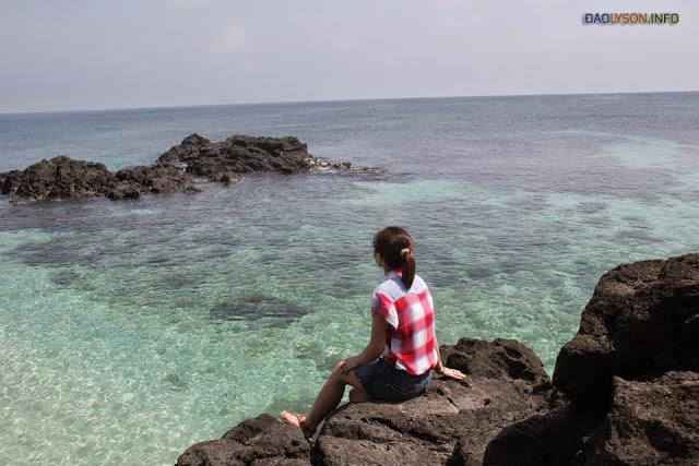 Nước biển bên đảo Bé rất trong và đẹp