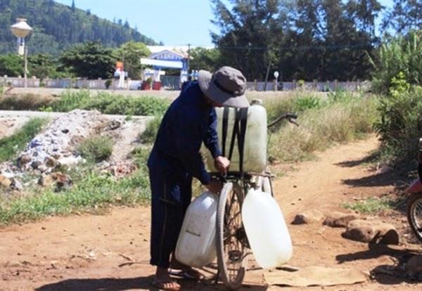 người dân chở nước ngọt về uống