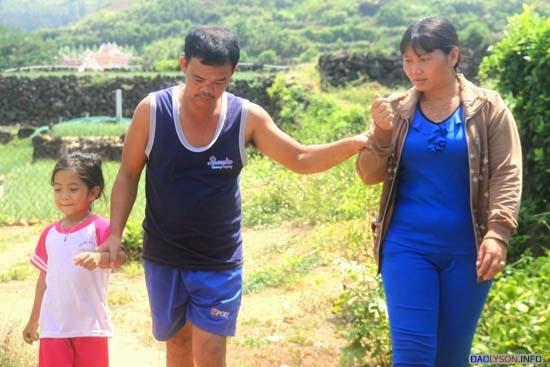 Chị Trọng và con giúp anh Dư tập đi hằng ngày.