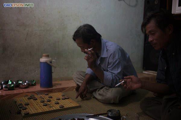 Các ngư dân đang chơi cờ ở nhà một người bạn trên đảo Lý Sơn