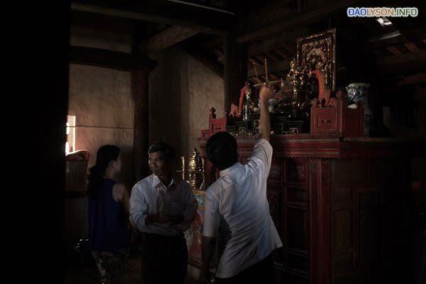 Cư dân cúng kiếng tại một đền thờ trên đảo Lý Sơn