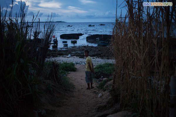 Một người đang đi dọc bờ biển Lý Sơn