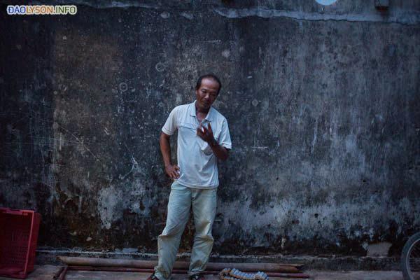 Ông Nguyễn Phú bên ngoài ngôi nhà của mình trên đảo Lý Sơn. Năm 2007, ông Phú đã bị một tàu quân sự Trung Quốc bắt giữ, khi đang đánh bắt cá ngoài khơi bờ biển Việt Nam. Ông Phú nói rằng ông đã phải chịu đựng sự đánh đập và hành hạ hết sức nghiêm trọng vì Trung Quốc nói rằng ông đã vi phạm vùng biển chủ quyền của họ.