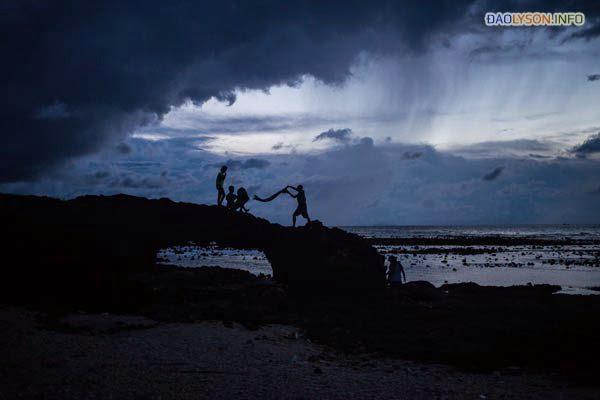 Một nhóm bạn cuốn lều khi một cơn bão thổi về phía đảo