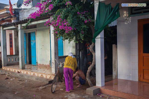Một người phụ nữ làm việc trên chiếc xe đạp của mình ở đảo Lý Sơn