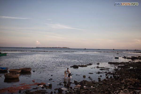 Giặt quần áo lúc bình minh ở bờ biển Lý Sơn. Hòn đảo đã trở thành chiến trường cho cuộc xung đột hiện nay giữa Việt Nam và Trung Quốc. Nhiều ngư dân địa phương đã bị bắt khi đang đánh bắt cá xa ngoài khơi.