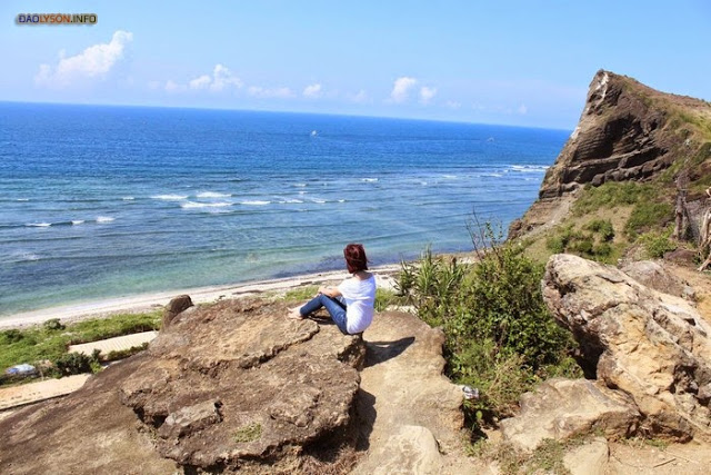 Ngồi trên mỏm đá ngắm biển bao la