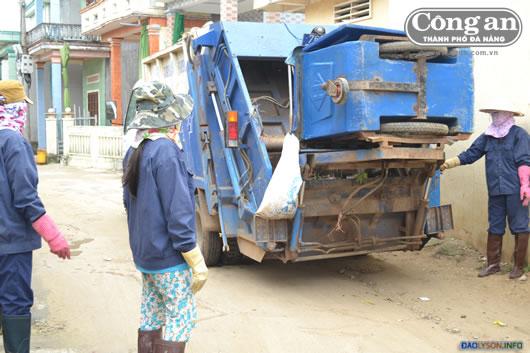 Với sự góp sức thầm lặng, các chị phụ nữ trong đội thu gom rác thải xã An Vĩnh đã góp phần cải thiện môi trường trên đảo và thói quen bảo vệ môi trường của người dân.