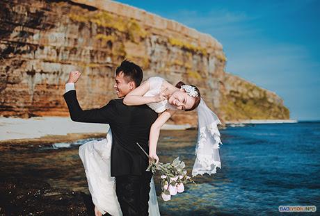 Cặp đôi trẻ thể hiện niềm hạnh phúc trên một chặng đường mới