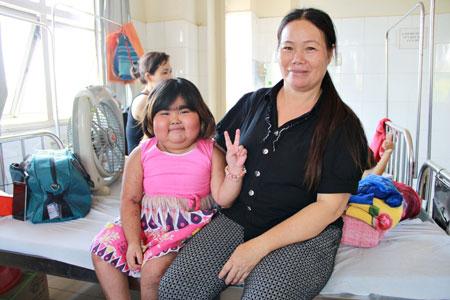 Hai mẹ con dì Thìn và Trúc Trinh tại bệnh viện. Dù có ra sao đi nữa, dì Thìn vẫn luôn hy vọng mang lại cho con một cuộc sống bình dị mà hạnh phúc ở tương lai