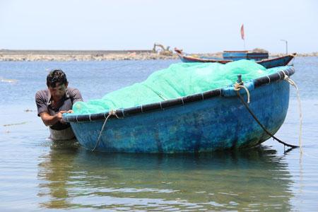Ba của Trúc Trinh đi thuyền đánh bắt suốt năm tháng vẫn không đủ tiền chữa bệnh cho con