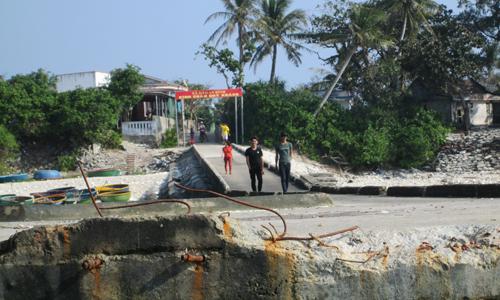 Mặt cầu cảng đảo Bé, Lý Sơn bị bong tróc, sắt thép lộ thiên