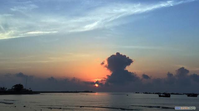 Quang cảnh bình yên trên bến cảng Lý Sơn vào sáng sớm