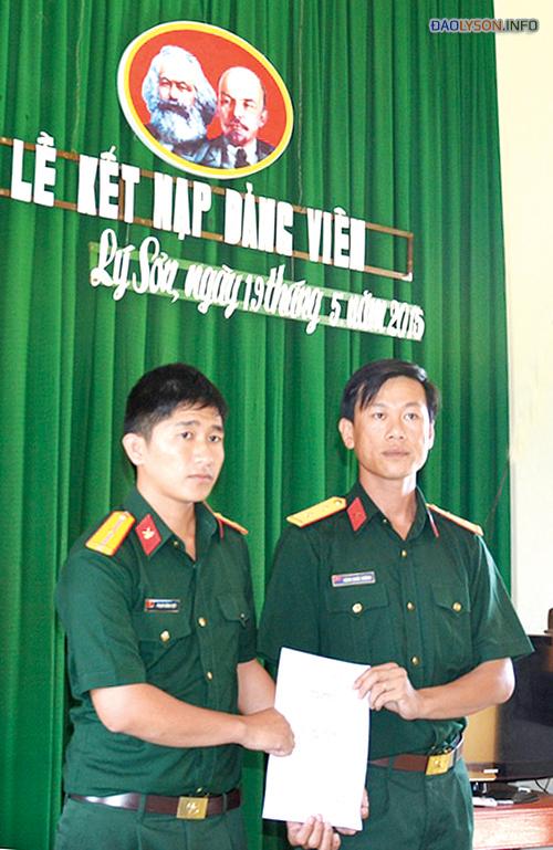 Đảng viên trẻ, thiếu úy Phạm Hoàng Việt (bên trái) nhận quyết định kết nạp Đảng.