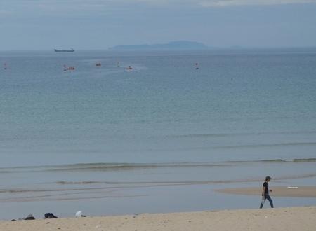Từ vùng biển Bình Châu (Bình Sơn) nhìn đảo Lý Sơn rất gần và có nhiều nét tương đồng về khía cạnh di tích lẫn con người.