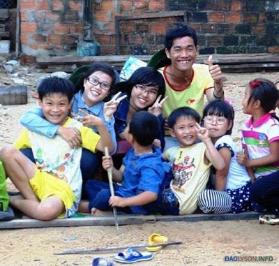 Du khách và trẻ em Lý Sơn như người một nhà