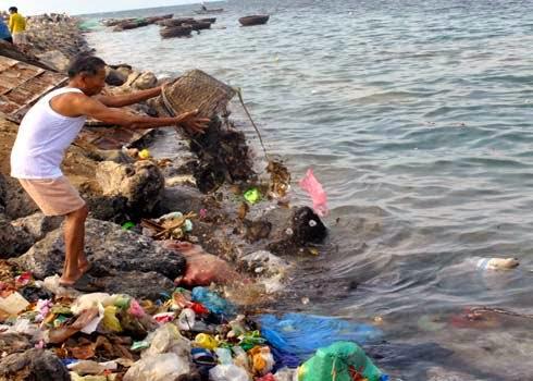 Một người dân vô tư đổ rác thải xuống bãi kè đoạn qua xã An Hải, huyện Lý Sơn