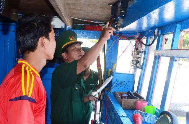 Cơ quan chức năng kiểm tra thiệt hại trên tàu cá QNg 90657 bị tàu Trung Quốc tấn công vào ngày 10-6