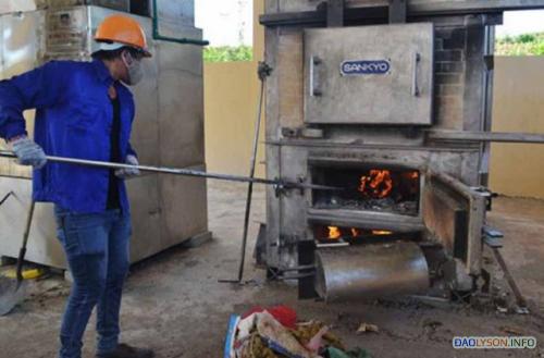 Công nhân thực hiện đốt chất thải rắn tại nhà máy