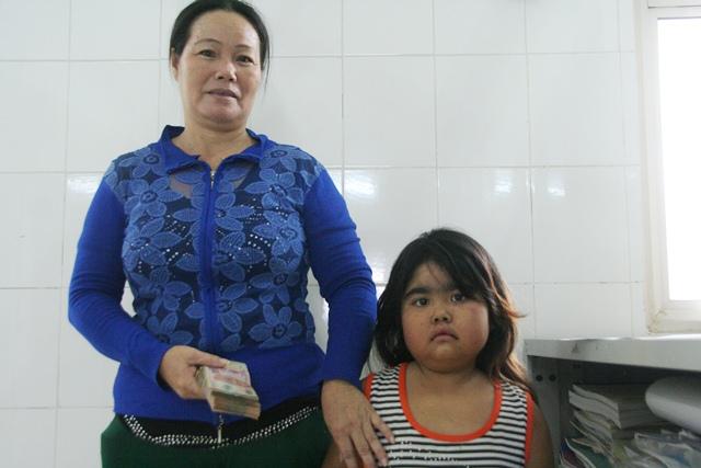 Trinh và mẹ nhận quà nhân ái từ báo Dân trí