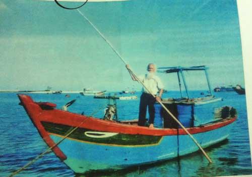 PGS.TS. Lê Trọng khảo sát tại cảng Mù Cu, Lý Sơn, Quảng Ngãi, năm 2011