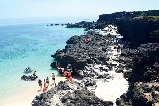 Bãi tắm hoang sơ tuyệt đẹp ở đảo Bé được nhiều du khách lựa chọn khi đến với Lý Sơn.