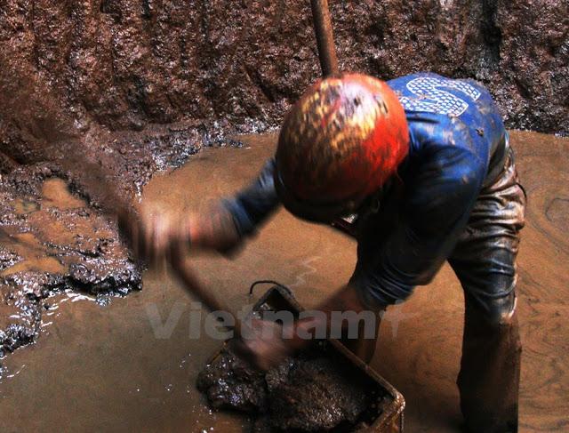 Những người thợ làm việc dưới giếng phải chịu khá nhiều rủi ro.
