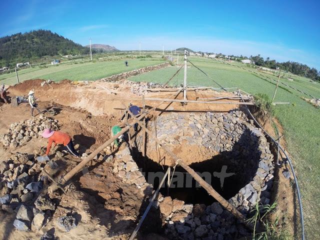 Giếng khổng lồ được đào với hy vọng cứu những ruộng tỏi khỏi tình trạng thiếu nước kéo dài.
