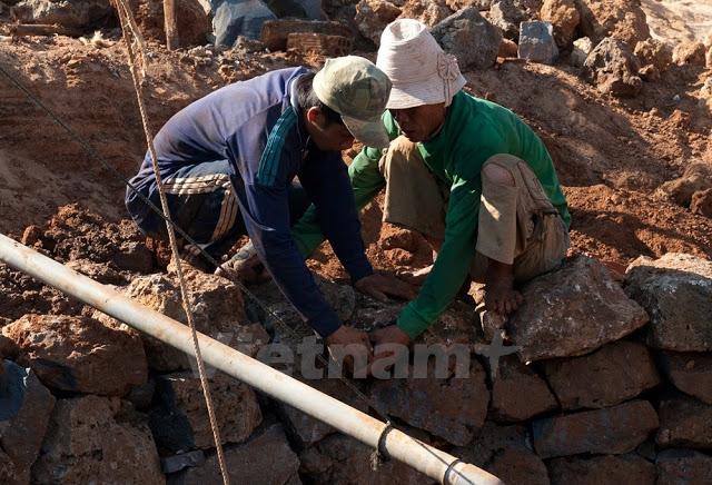 Việc xếp đá kè làm bờ thành càng phải công phu, tỉ mỉ, nếu không tính toán kĩ thì thành giếng sẽ đổ sụp.