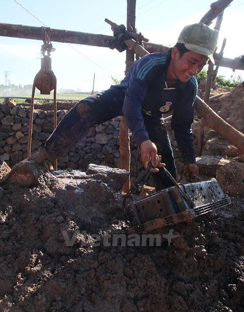 Những khối bùn đất từ dưới giếng sẽ được đổ ra xung quanh, làm chắc thành giếng luôn