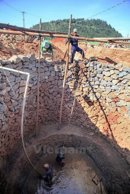 Giếng khổng lồ có đường kính gần 6m, đã được đào sâu tới 8m, với chi phí khoảng 150 triệu đồng