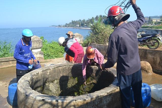 Giếng Xó La liên tục trơ đày vì nhu cầu lấy nước của người dân tăng mạnh.